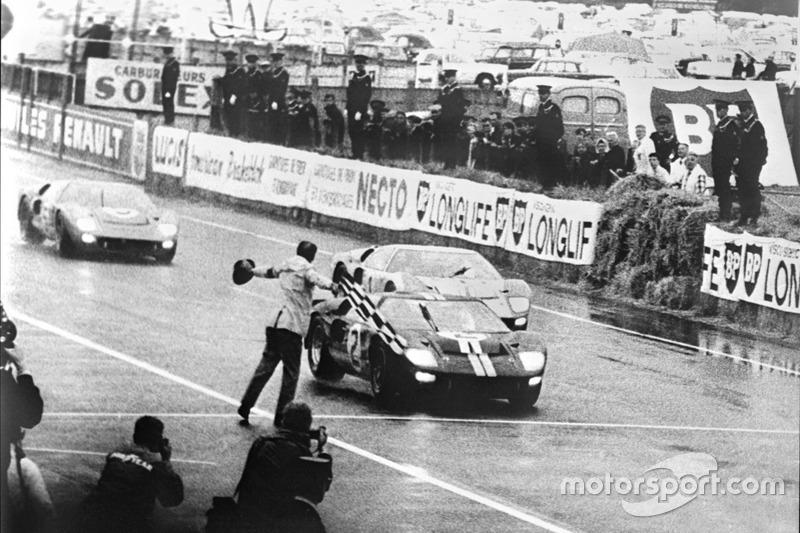 Primera victoria de Ford en las 24 horas de Le Mans, 1966: el ganador Ford GT-40 mark II conducido por Bruce McLaren y Chris Amon