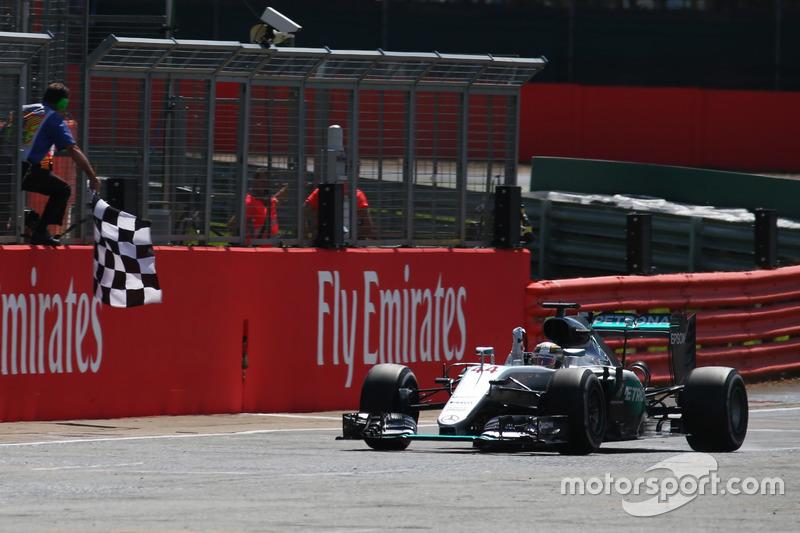 Il vincitore della gara Lewis Hamilton, Mercedes AMG F1 W07 prende la bandiera a scacchi