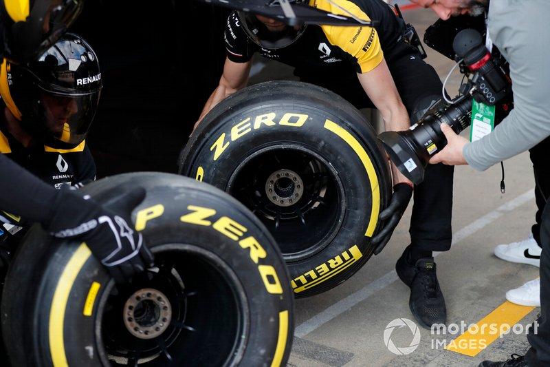 Meccanici Renault F1 Team con pneumatici Pirelli e un cameraman