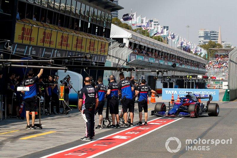 Daniil Kvyat, Toro Rosso STR14, entre aux stands