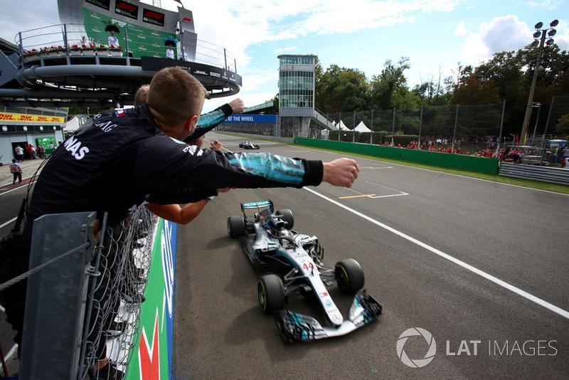 Hamilton ve Mercedes galibiyeti kutluyor