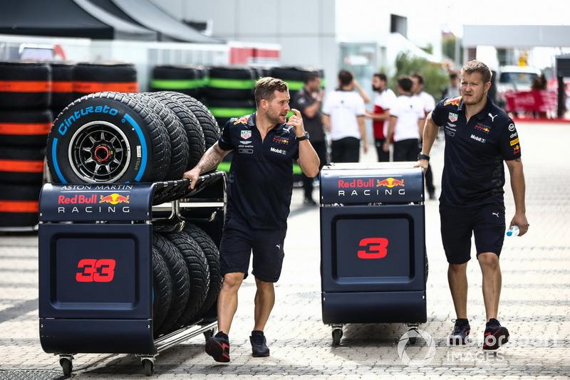 Des mécaniciens Red Bull Racing avec des pneus pour Daniel Ricciardo, Red Bull Racing et Max Verstappen, Red Bull Racing