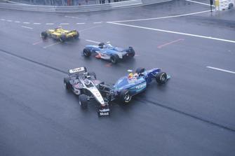 Mika Hakkinen, McLaren MP4 / 13, fue golpeado por Johnny Herbert, Sauber C17 a la salida de La Source