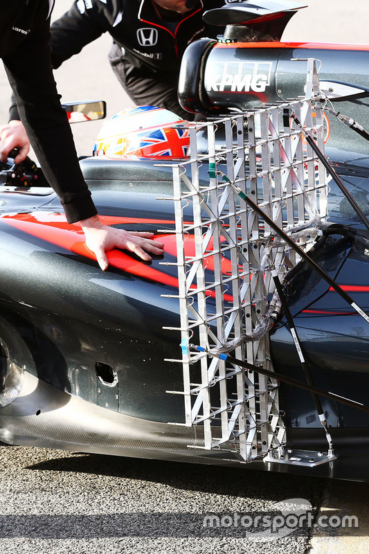 Jenson Button, McLaren MP4-31 avec des capteurs