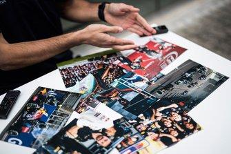 Daniel Ricciardo, Red Bull Racing con unas fotos