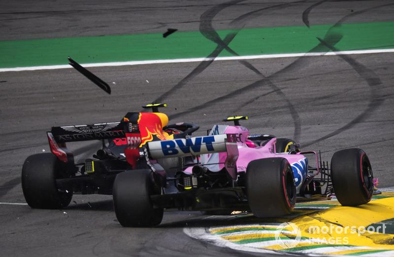 Le leader Max Verstappen, Red Bull Racing RB14 s'accroche avec Esteban Ocon, Racing Point Force India VJM11