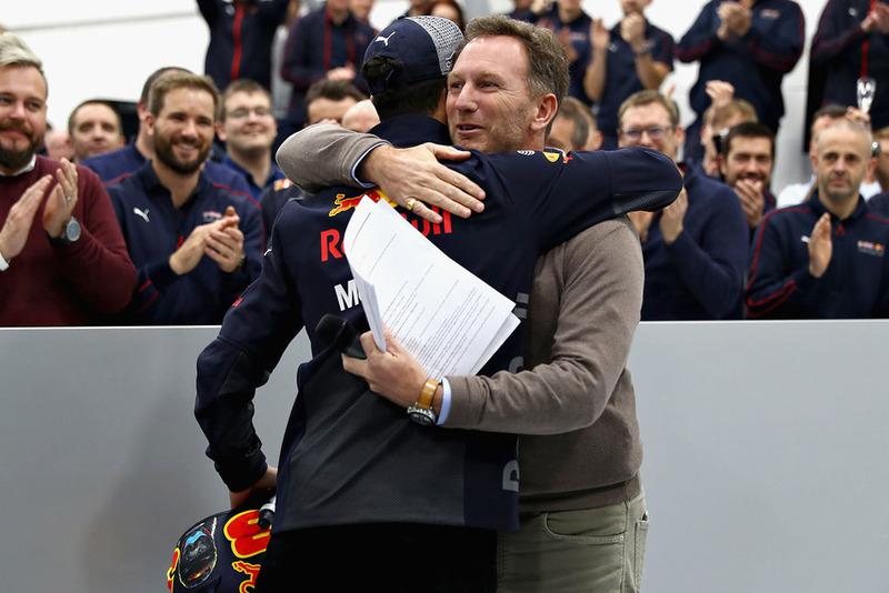Christian Horner, Team Principal, Red Bull Racing, abbraccia Daniel Ricciardo, Red Bull Racing