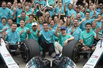 Lewis Hamilton, Valtteri Bottas, Toto Wollf, Mercedes AMG F1 met het team