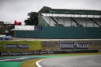 Loghi Heineken e Johnnie Walker su una tribuna e a lato del circuito