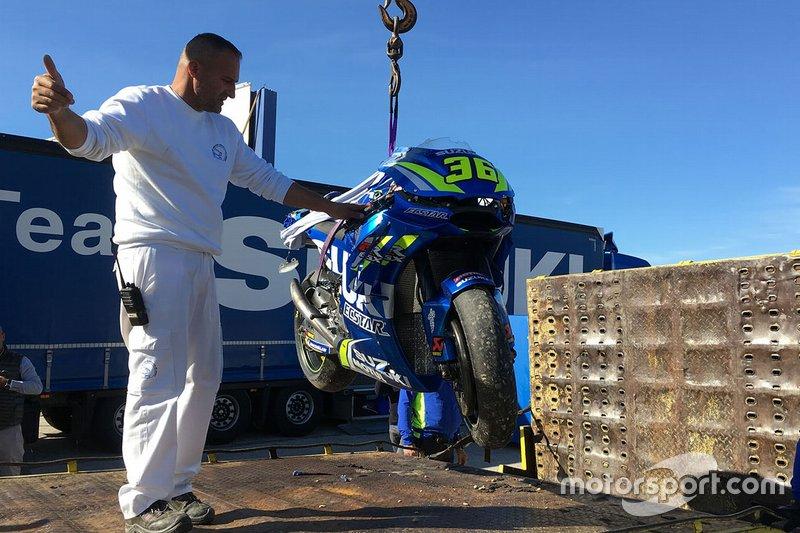 Moto de Joan Mir, Team Suzuki MotoGP después de su caída.
