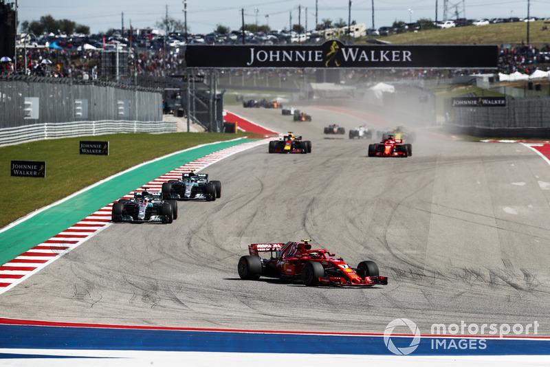 Kimi Raikkonen, Ferrari SF71H, precede Lewis Hamilton, Mercedes AMG F1 W09 EQ Power+, Valtteri Bottas, Mercedes AMG F1 W09 EQ Power+, Sebastian Vettel, Ferrari SF71H, Daniel Ricciardo, Red Bull Racing RB14, e il resto del gruppo, nel giro di apertura