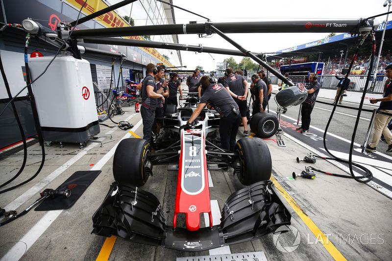 Práctica de parada en boxes con el coche de Romain Grosjean, Haas F1 Team VF-18