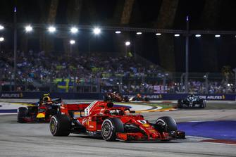 Sebastian Vettel, Ferrari SF71H, precede Max Verstappen, Red Bull Racing RB14, e Valtteri Bottas, Mercedes AMG F1 W09 EQ Power+