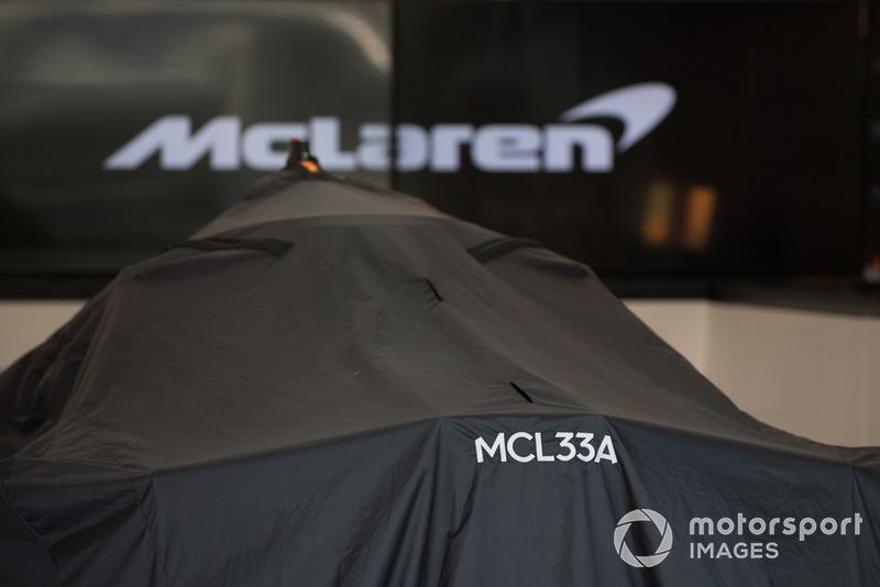 El McLaren MCL33 cubierto en el box