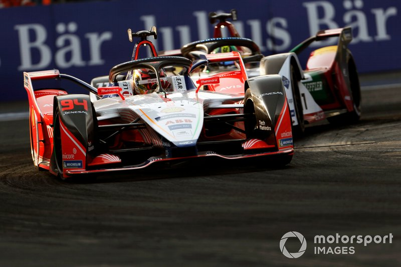 Pascal Wehrlein, Mahindra Racing, M5 Electro leads Lucas Di Grassi, Audi Sport ABT Schaeffler, Audi e-tron FE05 both in attack mode