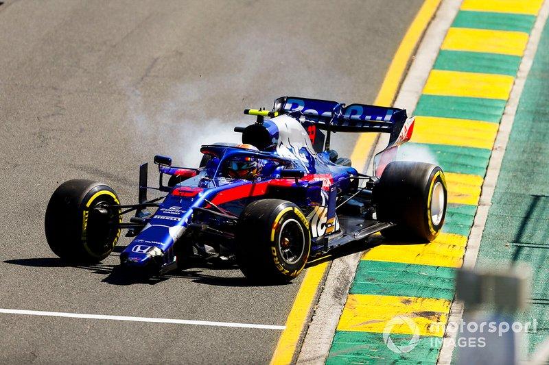 Alexander Albon, Toro Rosso STR14 con una nariz rota después de girar