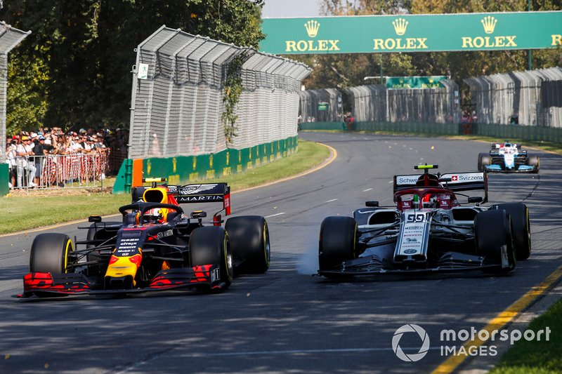 Pierre Gasly, Red Bull Racing RB15, y Antonio Giovinazzi, Alfa Romeo Racing C38