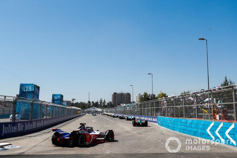 Jérôme d'Ambrosio, Mahindra Racing, M5 Electro, segue un gruppo di monoposto