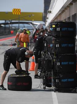 Mercedes AMG F1 mechanic, Pirelli tyres