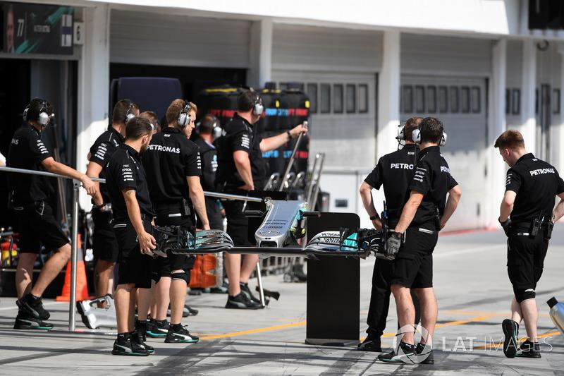 Механік та переднє крило Mercedes-Benz F1 W08