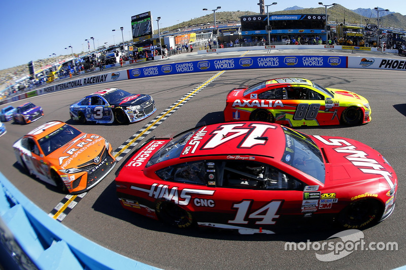 Dale Earnhardt Jr., Hendrick Motorsports Chevrolet y Clint Bowyer, Stewart-Haas Racing Ford