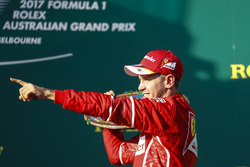 Sebastian Vettel, Ferrari, celebra con su trofeo