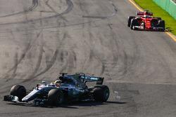 Льюис Хэмилтон, Mercedes AMG F1 W08, и Себастьян Фетттель, Ferrari SF70H