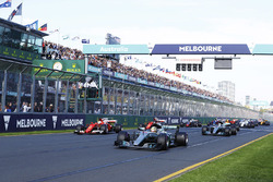 Start: Lewis Hamilton, Mercedes AMG leads