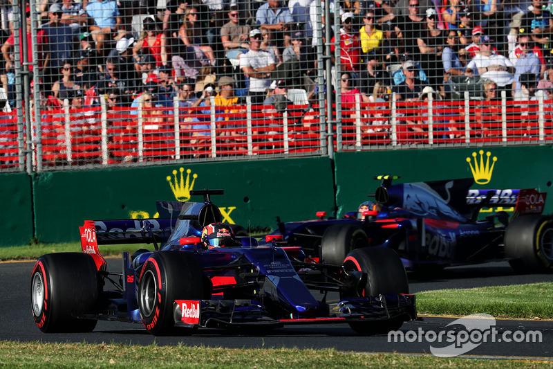 Daniil Kvyat, Scuderia Toro Rosso STR12; Carlos Sainz Jr., Scuderia Toro Rosso STR12