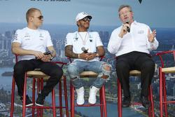 Valtteri Bottas, Mercedes AMG, Lewis Hamilton, Mercedes AMG, et Ross Brawn, directeur du sport automobile à la FOM, sur scène