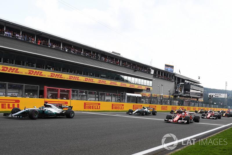 Льюіс Хемілтон, Mercedes AMG F1 W08, лідирує на старті