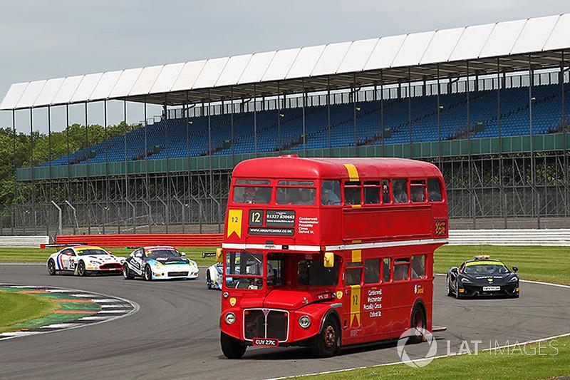 Un autobús Routemaster con invitados en pista durante durante la práctica