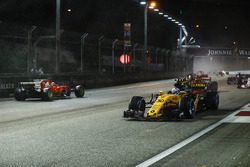 Jolyon Palmer, Renault Sport F1 Team RS17, pasa el coche chocado de Sebastian Vettel, Ferrari SF70H