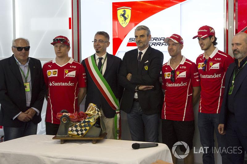 Кімі Райкконен, Ferrari, керівник команди Ferrari, Себастьян Феттель, Ferrari, Антоніо Джовінацці, Ferrari