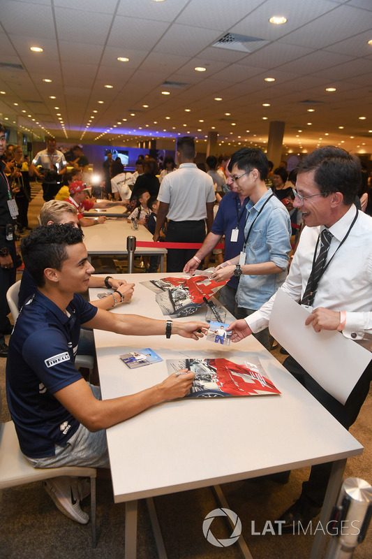 Marcus Ericsson, Sauber and Pascal Wehrlein, Sauber sign autographs for the fans