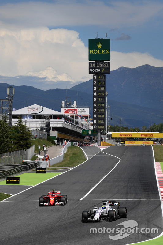 Фелипе Масса, Williams FW40, и Кими Райкконен, Ferrari SF70H