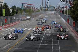 Arrancada: Helio Castroneves, Team Penske Chevrolet, Simon Pagenaud, Team Penske Chevrolet líder