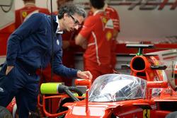 Laurent Mekies, FIA Güvenlik direktörü kokpit korumalı Ferrari SF70-H'yi inceliyor