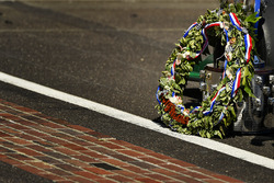 Takuma Sato, Andretti Autosport Honda, finish line with the Borg-Warner Trophy and wreath
