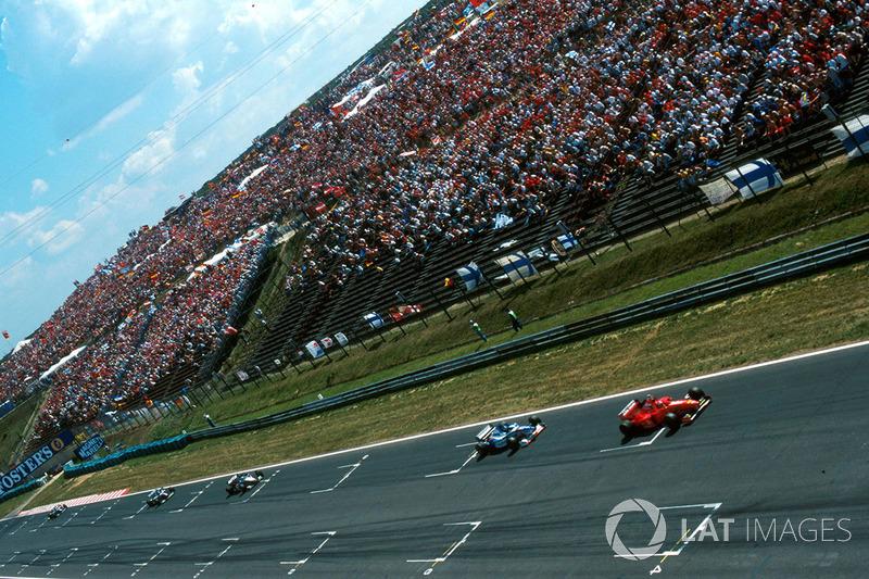 Michael Schumacher, Ferrari F310B lidera a Damon Hill, Arrows