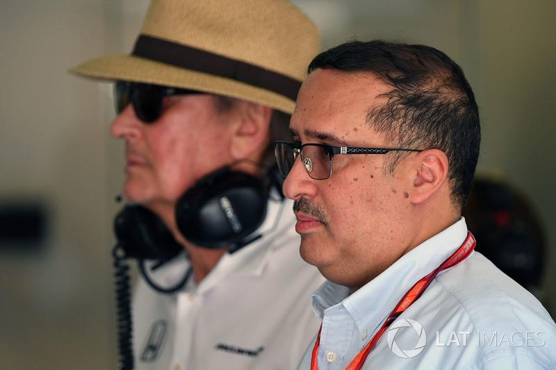 Шейх Мухаммед ібн Есса Аль Халіфа, генеральний директор ради з економічного розвитку Бахрейну та акціонер McLaren, Мансур Ойех, генеральний директор TAG