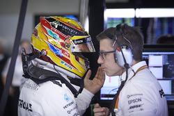 Гонщик Mercedes AMG F1 Льюис Хэмилтон и инженер команды Энди Шовлин