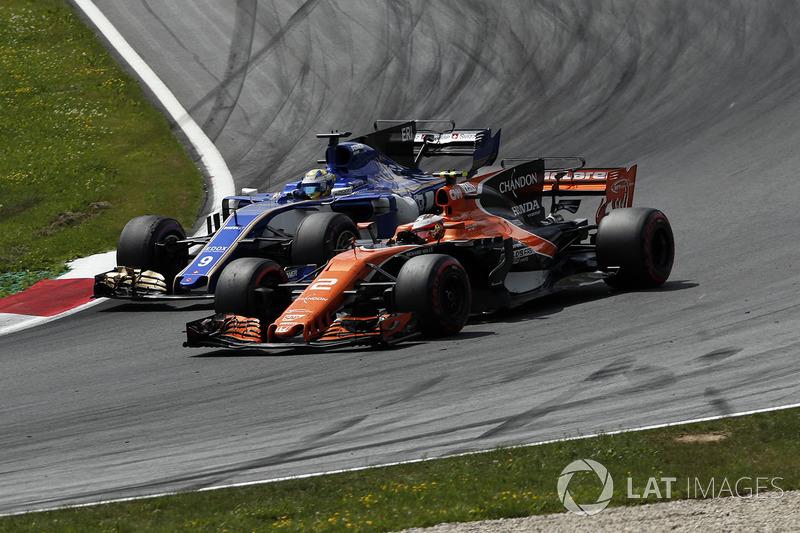 Маркус Эрикссон, Sauber C36, и Стоффель Вандорн, McLaren MCL32