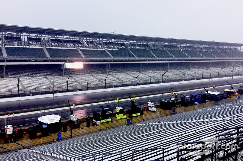 La lluvia cae en el Indianapolis Motor Speedway