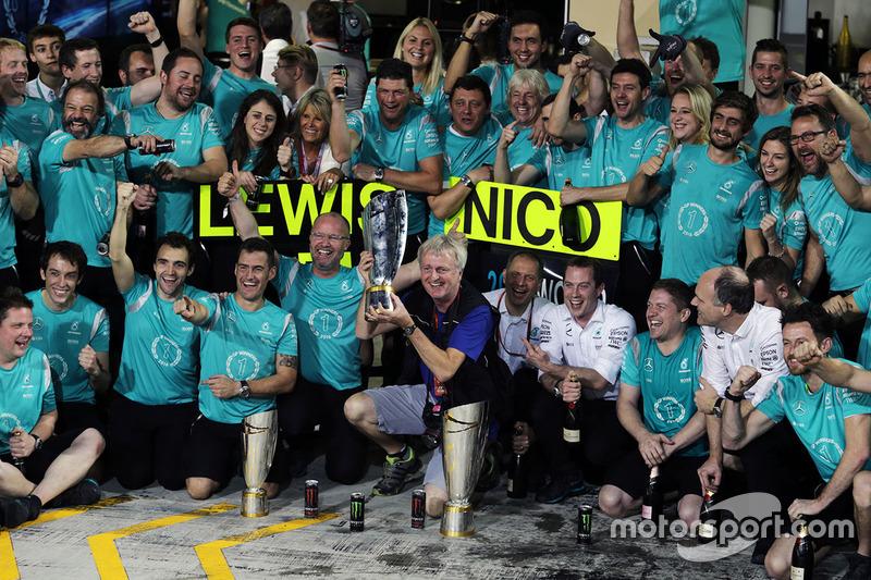 Steve Etherington, fotógrafo celebra con el Mercedes AMG F1 team