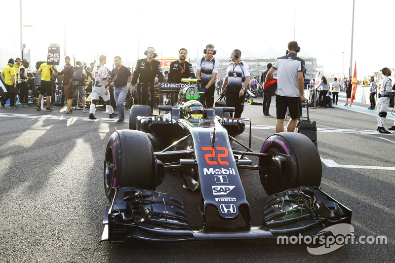 Jenson Button, McLaren llega a la parrilla