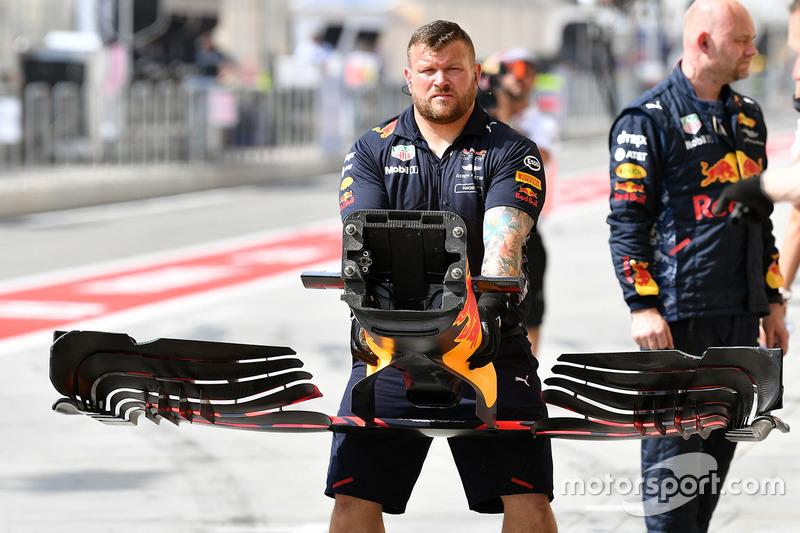 Механик Red Bull Racing с передним крылом RB13