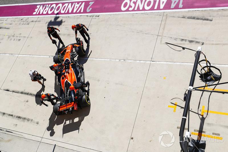 Fernando Alonso, McLaren MCL32, se retira de la carrera