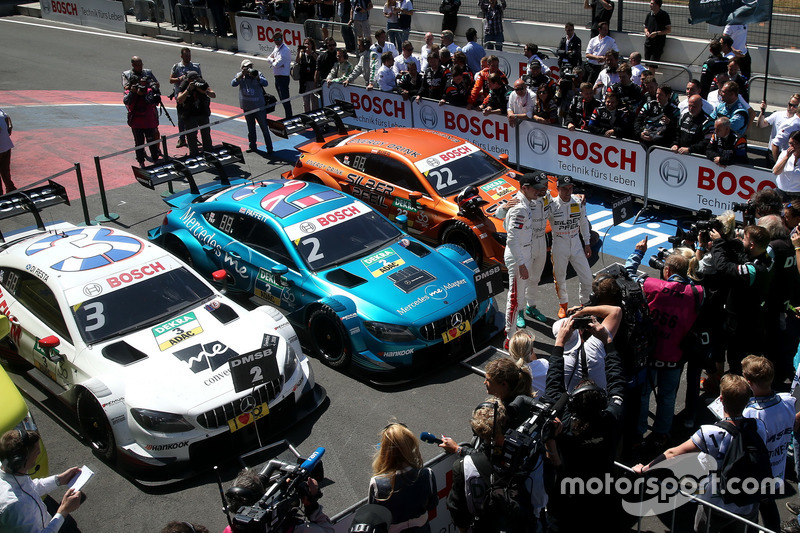 Машини Mercedes гарно їхали ...