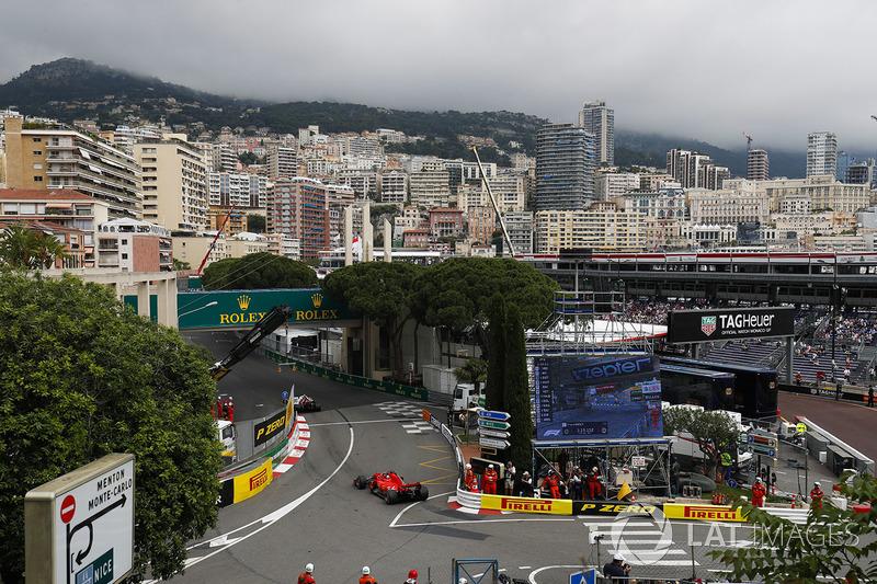 Sebastian Vettel, Ferrari SF71H ile Anthony Noghes virajından çıkıyor